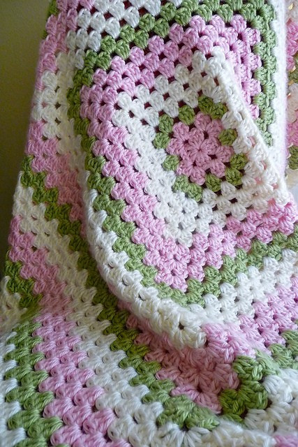 [Free Pattern] Easy Granny Square Crochet Baby Blanket