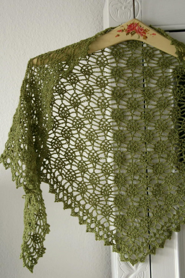 crochet shawl with small pineapples frumadsens