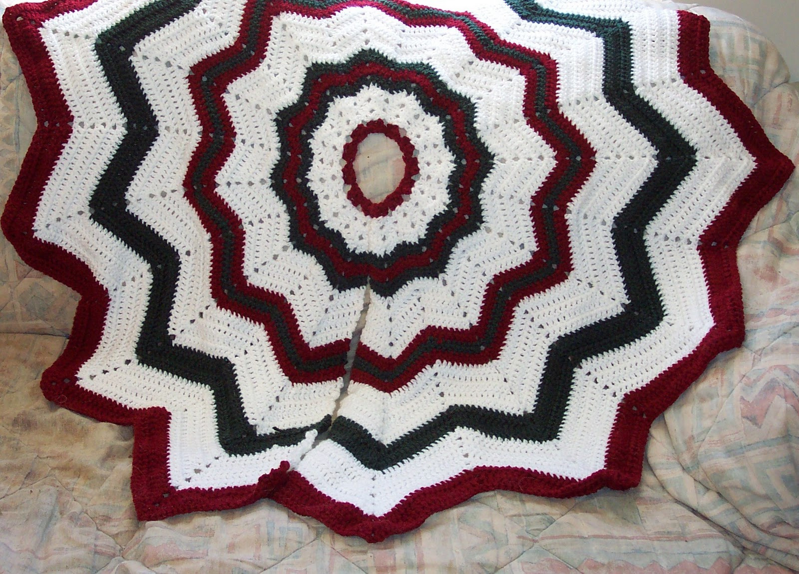 FREE CROCHETED CHRISTMAS TREE SKIRT PATTERN – Easy Crochet