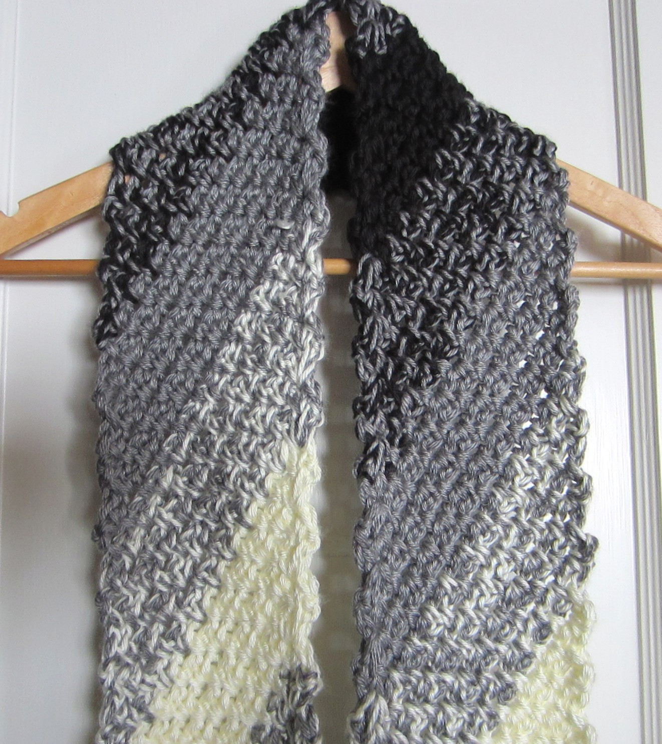 crochet scarf black and white diagonal 002