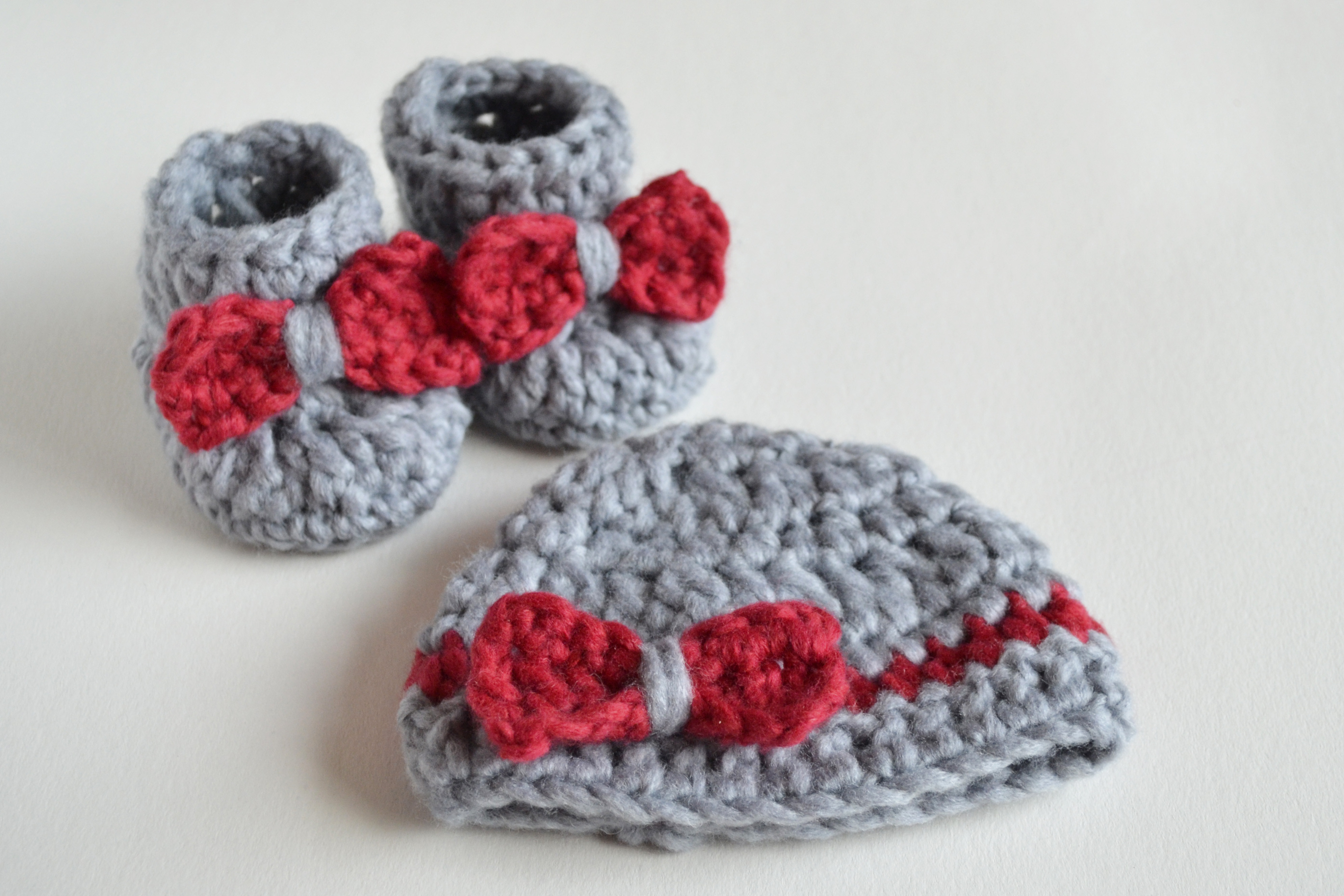 SO FLUFFY – Crochet Baby Booties and Beanie FREE – Croby